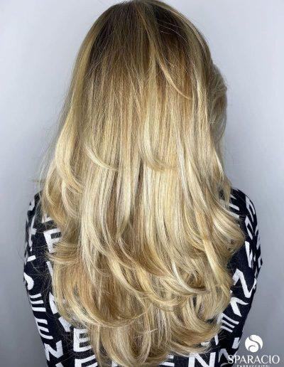 degradè biondo blonde chiaro capelli lisci lunghi punta morbida sparacio parrucchieri