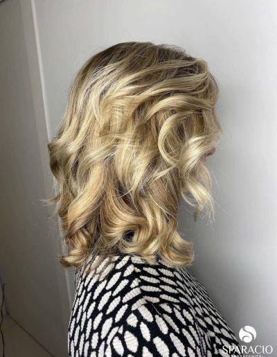 degradè colore biondo freddo taglio corto capelli mossi sparacio parrucchieri