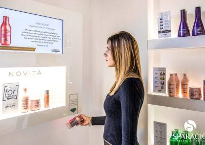 modella interagisce con lettore codice a barre presso salone loreal professionnel concept saloon emotion sparacio parrucchieri