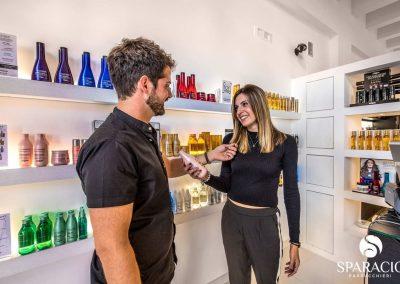 pietro sparacio consiglia prodotto a modella presso salone loreal professionnel concept saloon emotion sparacio parrucchieri