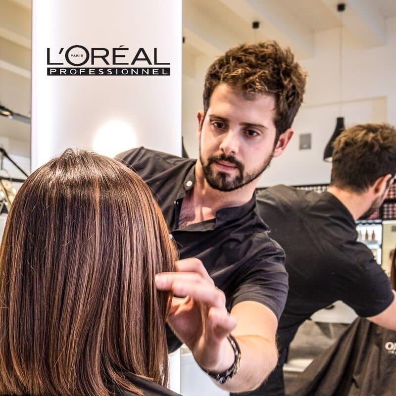 Parrucchiere Palermo Pietro Sparacio definisce i capelli di una modella